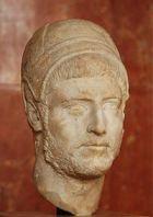 sacerdote romano con gorro