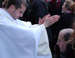 sacerdote imponiendo las manos