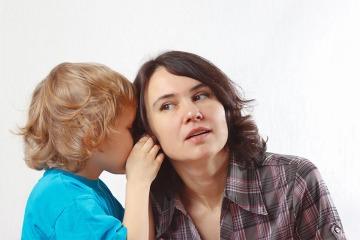 niño hablando a su madre