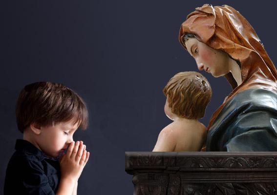 Niño rezando ante imagen de la Virgen