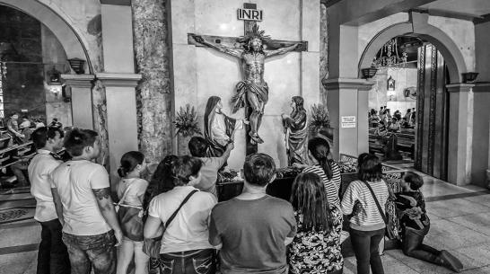 Rezando ante el crucificado